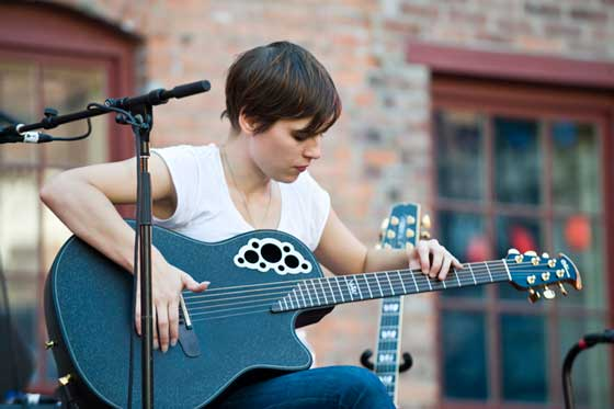 Kaki King (photo by Martin Benjamin)