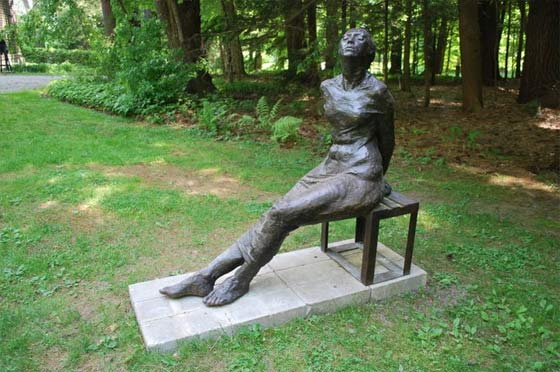 Leonda Finke: Woman in the Sun Seated (photo by Caroline Cook)