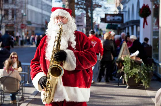 Santa looooves the saxaphone (photo by Sebastien Barre)