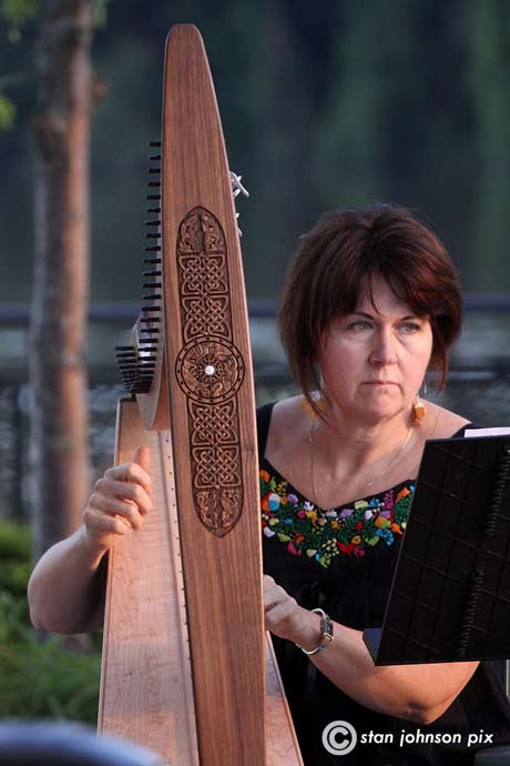 Lyn Saoirse on Irish harp