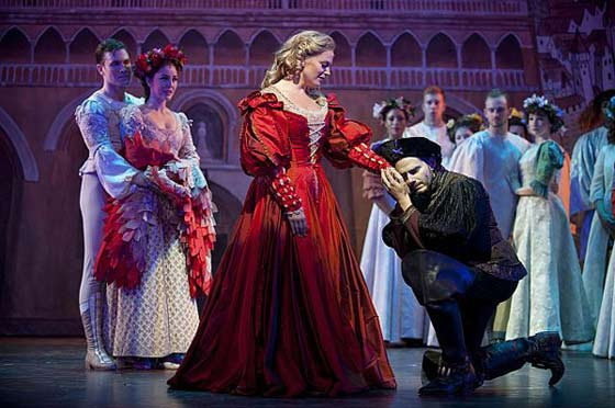 Elizabeth Stanley and Paul Anthony Stewart and the cast of Kiss Me, Kate (photo: Kevin Sprague)